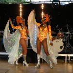 Sur des rythmes de samba, avec de superbes danseuses brésiliennes