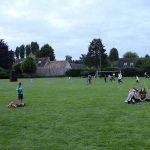 Les enfants jouent sur la pelouse du terrain de football